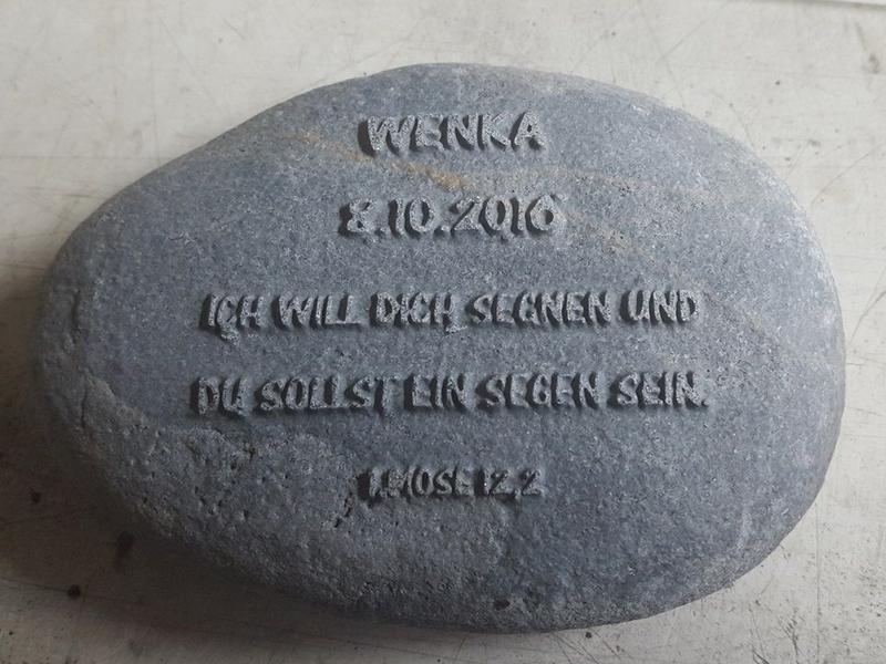 gestrahlte, erhabene Schrift, Kieselstein bearbeitet